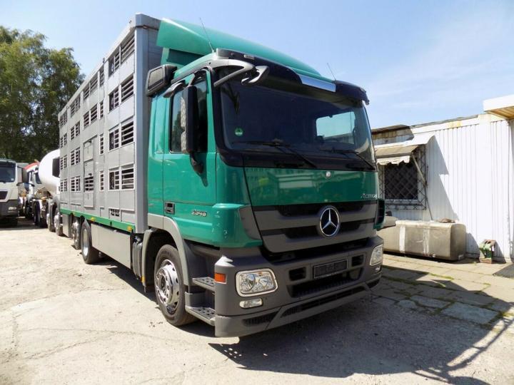 Mercedes-Benz 2548 6x2 pro přepravu zvířat
